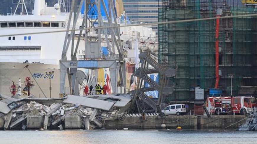Кораб се блъсна в контролна кула на пристанището в Генуа