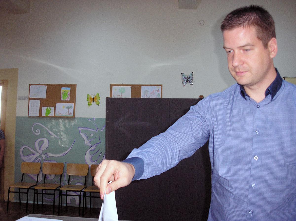 """Кметът на Стара Загора Живко Тодоров гласува в СОУ """"Васил Левски"""""""