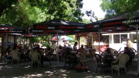Булевардът на кафенетата бори сянката на кризата