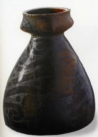 Керамична тарамбука с графитна украса, най-старата в Европа, 5-хилядолетие пр. Хр., от Азмашката селищна могила, вис. 33 см.