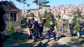 Събориха 13 незаконни ромски постройки, утре акцията продължава (СНИМКИ+ВИДЕО)