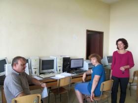 Светла Монева (вдясно) и нейни колеги в кабинета по информационни технологии