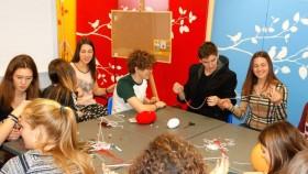 Децата се запознават с изкуството и традицията на българските мартеници