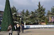 Ледената пързалка в Казанлък посреща посетители от утре