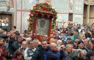 Математик носи чудодейната икона от Бачковския манастир