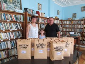 Кметът Митьо Митев, читалищният секретар Стойка Генова и малката Вики