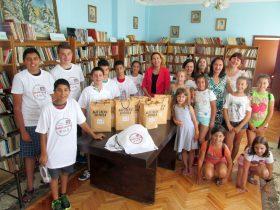 Дарителите Виктория Стоянова и Надежда Николова с децата от лятната програма и Стойка Генова