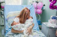 Родилка, спасена от смърт, гушна за първи път близнаците си на рождения си ден