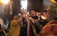 """Стотици старозагорци изпълниха двора на катедралния храм """"Св. Николай"""", за да вземат частица от Благодатния огън"""
